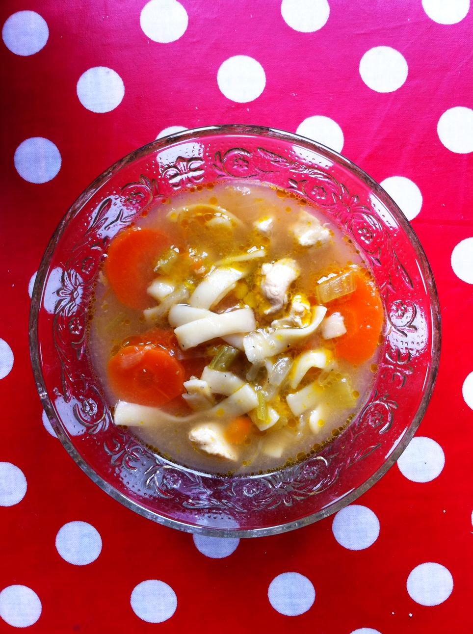 soupe de poulet aux nouilles, bouillon et légumes