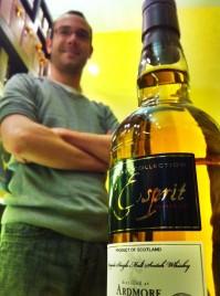Tristan, le maitre de séance chez whisky et Rhum Rennes