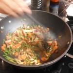 Les légumes avec du citron, de la coriandre, de la sauce soja et de la sweet chili sauce : miam