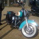 Une Harley turquoise qui peut monter à 48 km/h ! (Je le sais pour l'avoir suivie sur les routes de campagne)