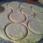 Bon ben là, c'est de la pâte, j'y ai fait des cercles avec un bol...