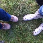 Ma soeur et moi, telles que chaque jour : chaussures de rando et bottes de pluie (bretonnes, quoi...)