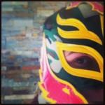 Bon, bon, on a fait un joli mur dans le salon et je l'ai honoré d'un masque arrivé tout droit du Mexique. Ca match, non ?