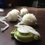 Pompom maker, héhé ! Si vous aimez les pompons, c'est une acquisition valable pour les faire à la chaîne...