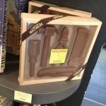 J'ai vu ça dans une épicerie fine de Betton. C'est cher mais ça peut peut-être faire office de cadeau+chocolat pour certains ?