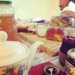 Le petit-déjeuner à base de panettone, de stollen et de confitures maison...