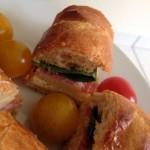 Sandwich post marché : baguette viennoise, hummus, épinards frais, Comté et charcuterie italienne.