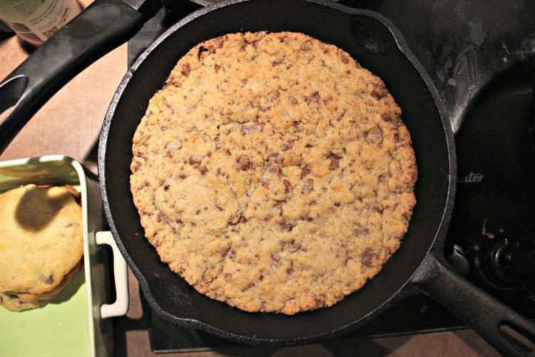 Cookie géant cuit dans une poêle en fonte