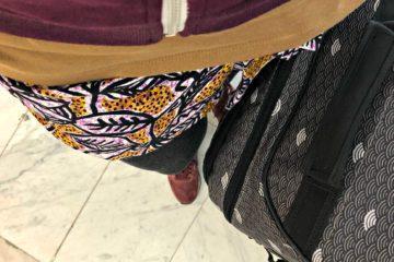 Pagne et valise à l'aéroport