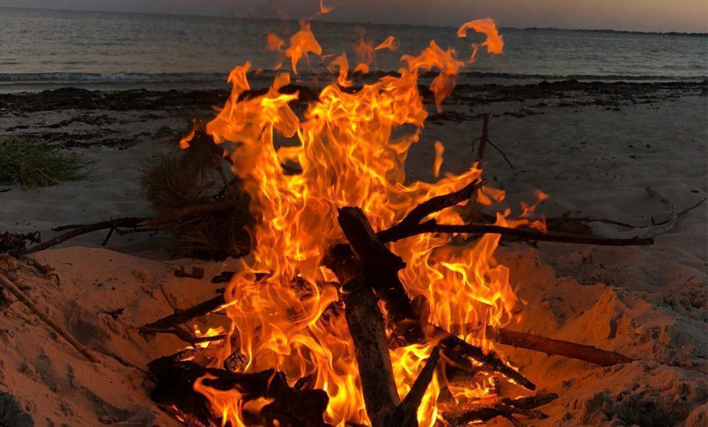 Construire un feu sur la plage