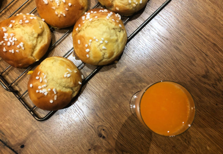 Brioche et jus d'orange